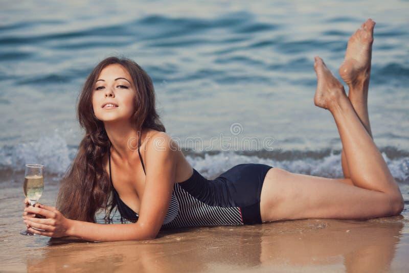 Download 海滩的女孩 库存图片. 图片 包括有 beautifuler, 生活方式, 节假日, 有吸引力的, beauvoir - 62533221