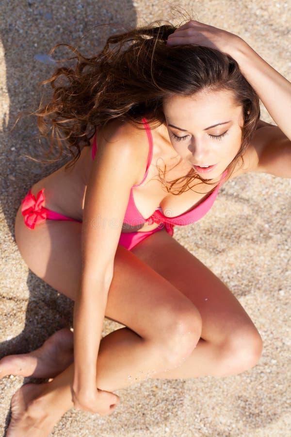 Download 海滩的女孩 库存图片. 图片 包括有 爱好健美者, beauvoir, 方式, 背包, 火箭筒, 亭亭玉立 - 62533407