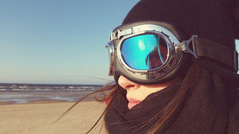 海滩的妇女与moto玻璃 库存照片