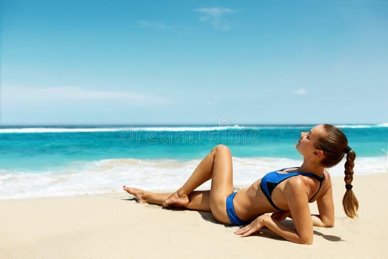 海滩的妇女在夏天 性感愉快女性式样晒黑 免版税图库摄影