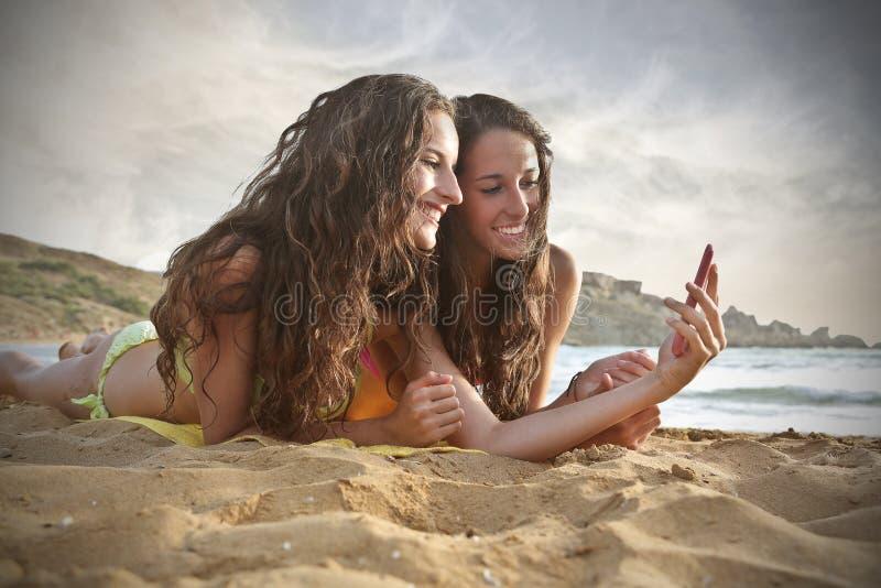 海滩的姐妹 免版税图库摄影