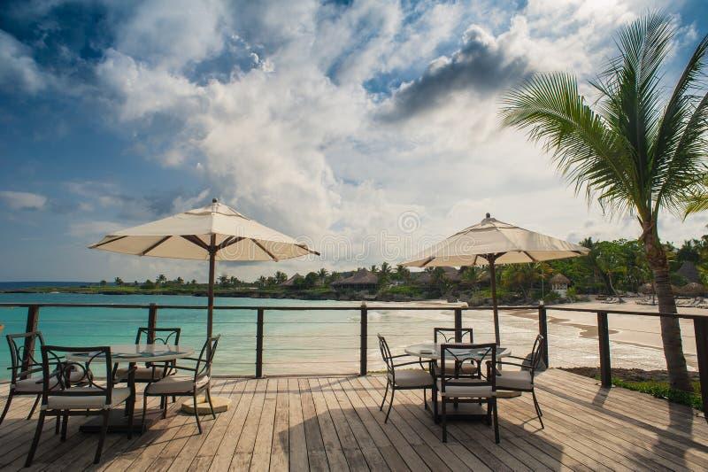 海滨的室外餐馆 制表设置 免版税图库摄影