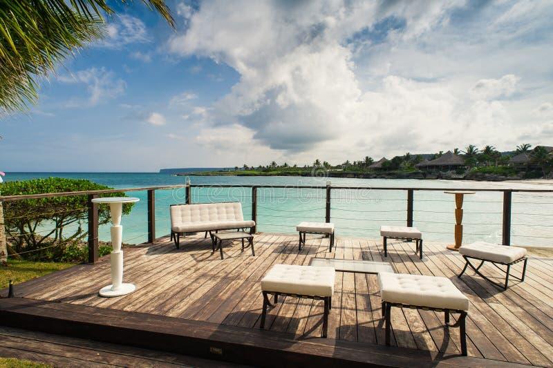 海滨的室外餐馆 制表设置 免版税库存照片