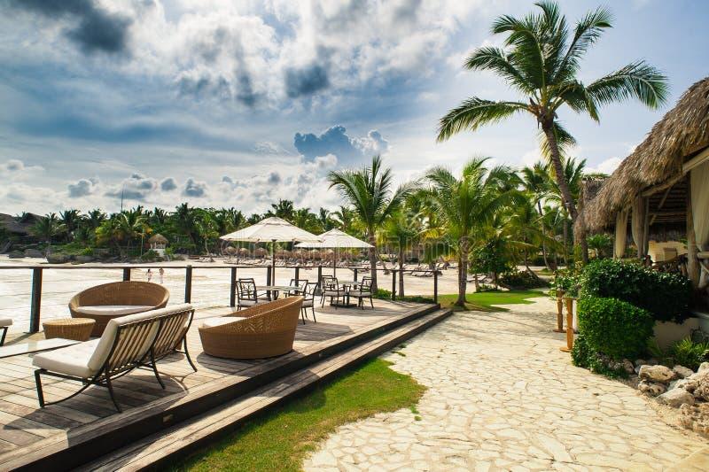 海滨的室外餐馆 制表设置 免版税库存图片