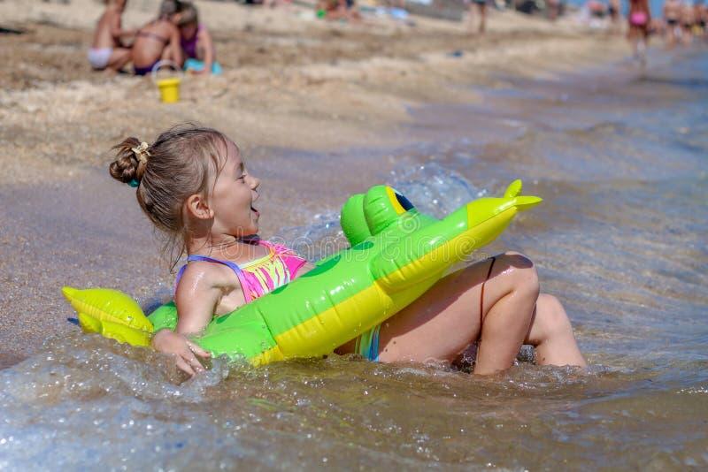 海滩的小女婴 库存照片
