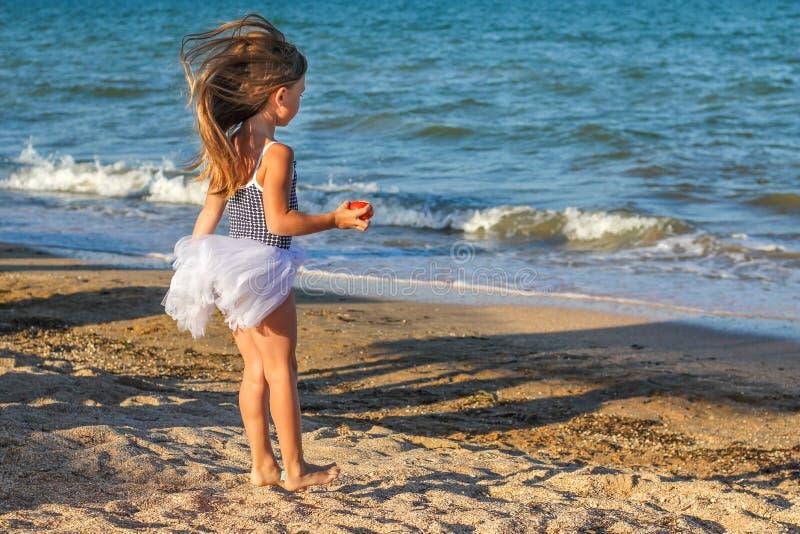 海滩的小女婴 免版税图库摄影