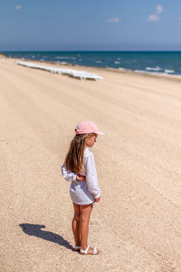 海滩的小女婴 免版税库存图片