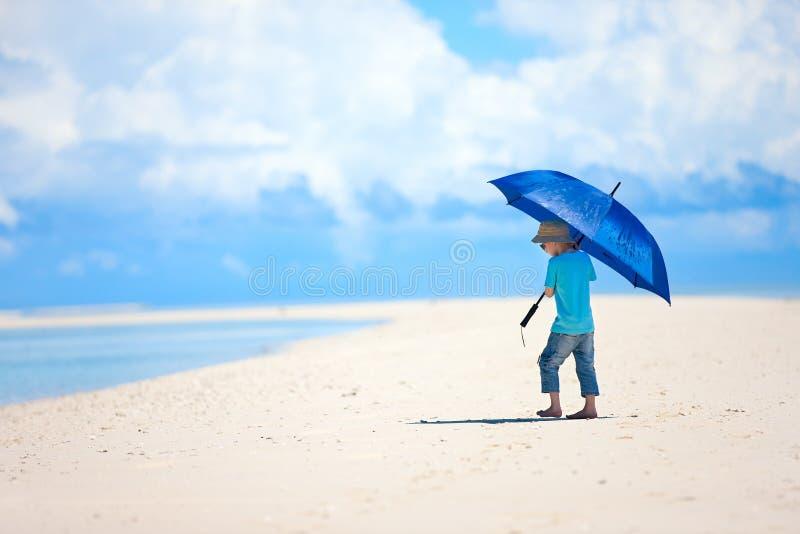 海滩的小男孩 免版税库存照片