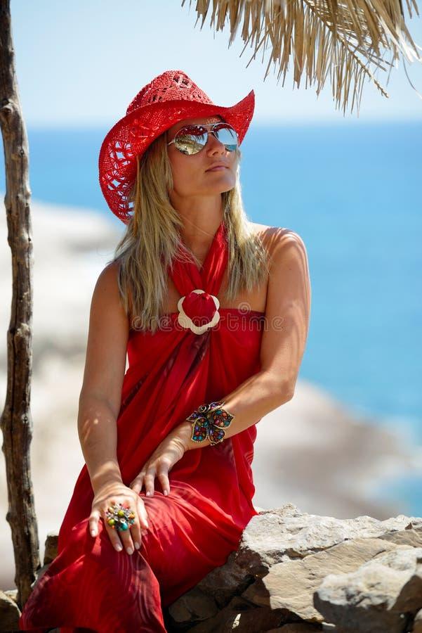 海滩的少妇在夏天 免版税图库摄影