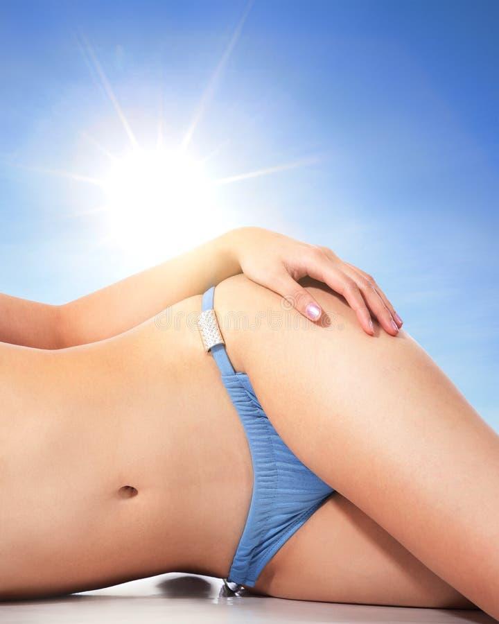 海滩的少妇身体 免版税图库摄影