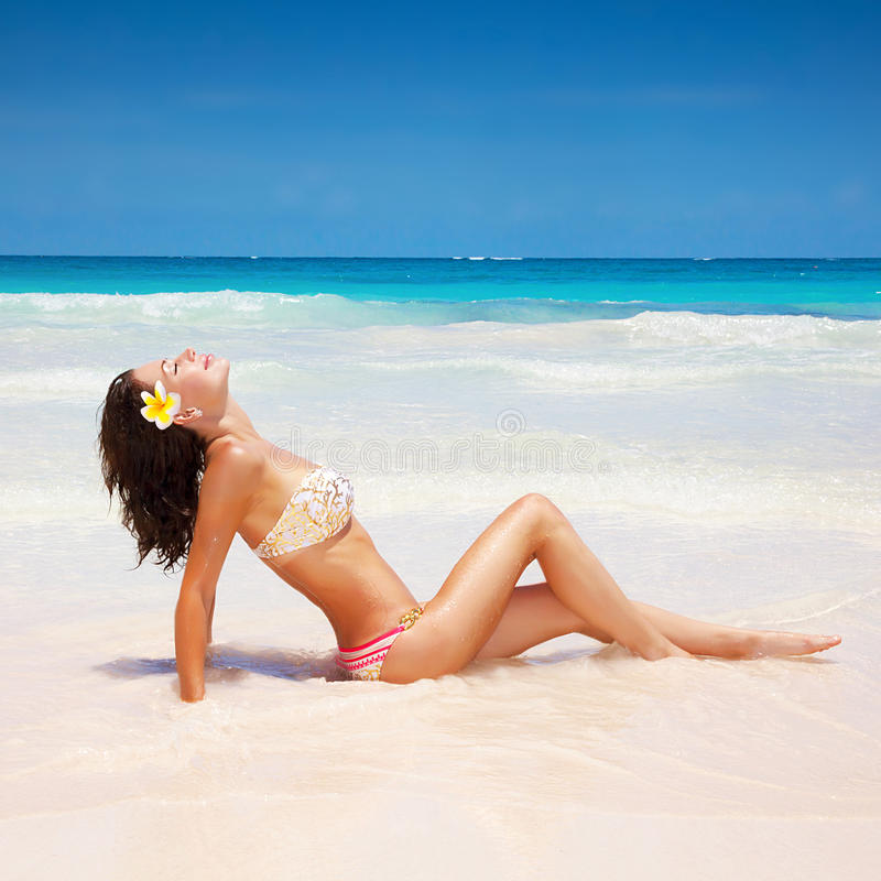 海滩的性女孩 免版税库存图片