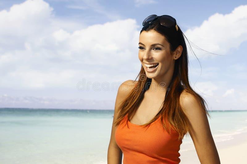 海滩的愉快的女孩 免版税库存图片