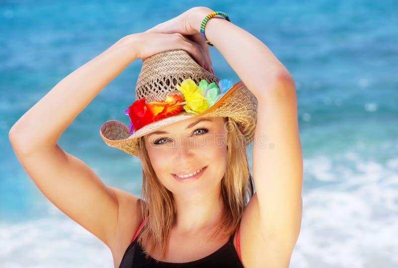 海滩的愉快的少妇 免版税库存图片