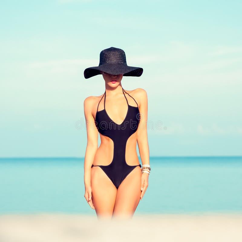 海滩的时尚女孩 免版税图库摄影