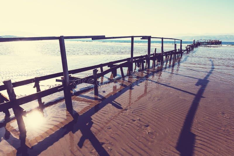 海滩的木板走道 免版税库存照片