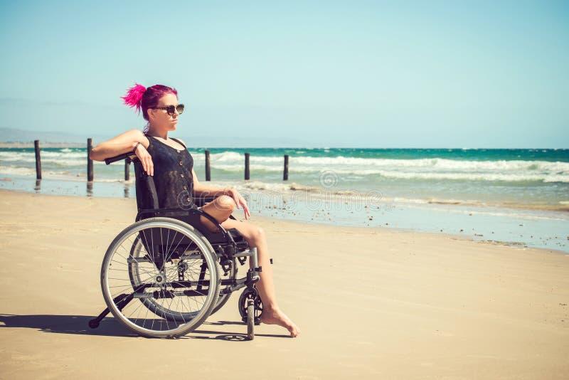 海滩的残疾妇女 免版税库存照片