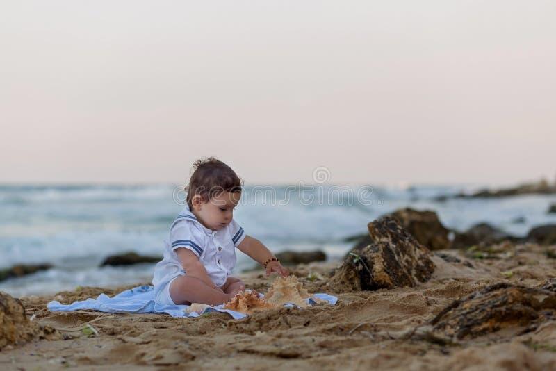 海滩的男婴 免版税图库摄影