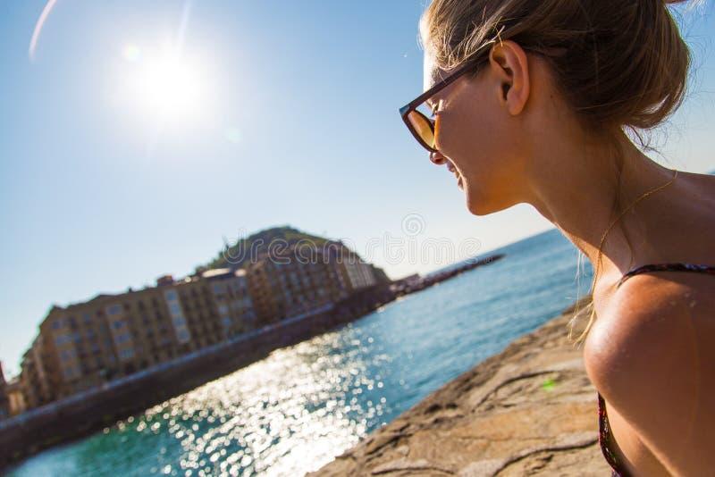 海滩的白肤金发的妇女 免版税库存照片