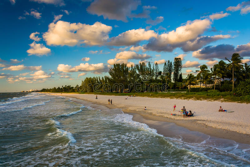 海滩的看法从渔码头的在那不勒斯,佛罗里达 免版税库存照片