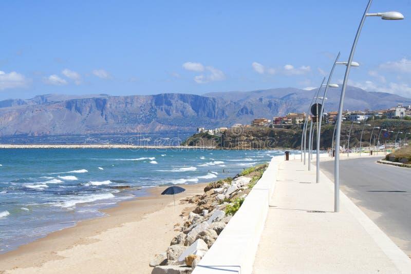 海滩的看法从巴莱斯特拉泰,西西里岛,意大利的 免版税图库摄影