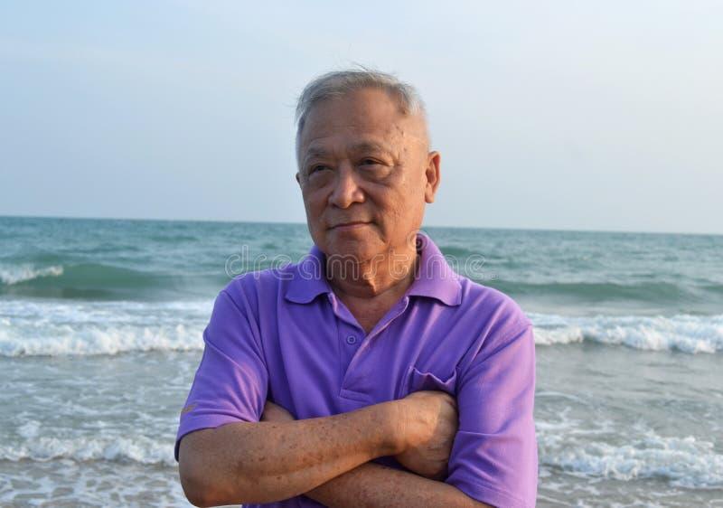 海滩的老人 库存照片