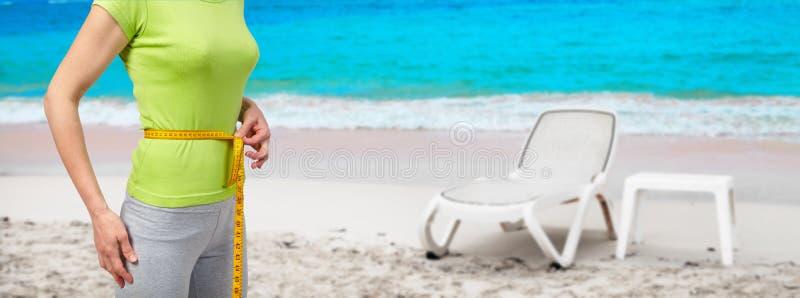 海滩的苗条妇女 免版税库存图片