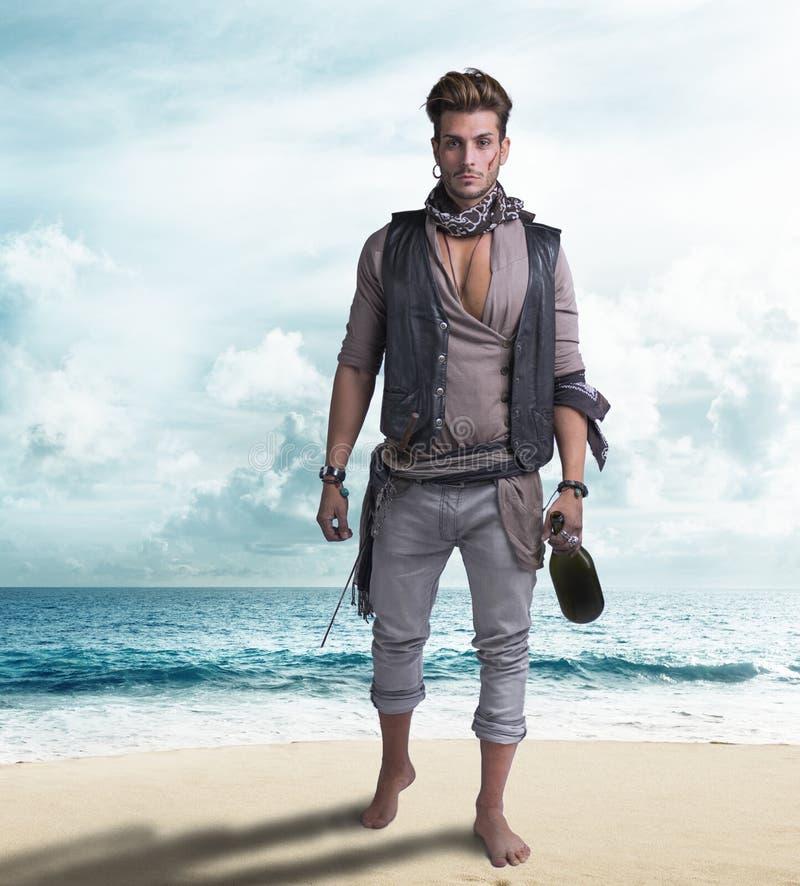 海滩的英俊的年轻海盗,赤足 库存照片
