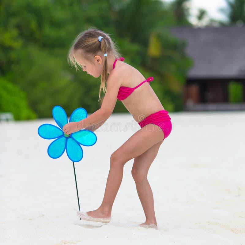 海滩的逗人喜爱的小女孩在暑假时 免版税图库摄影
