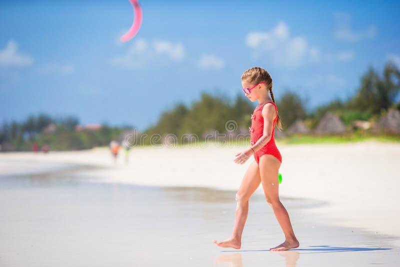 海滩的逗人喜爱的小女孩在热带假期时 库存照片