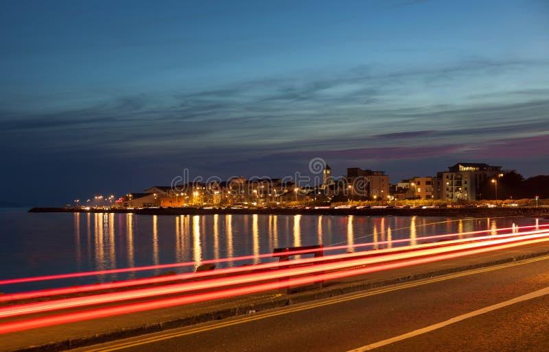 海洋的银行的城市在晚上 免版税库存照片