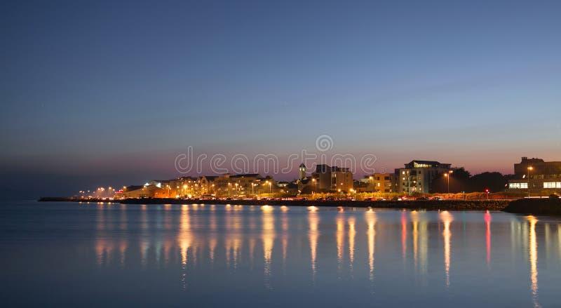 海洋的银行的城市在晚上 库存照片