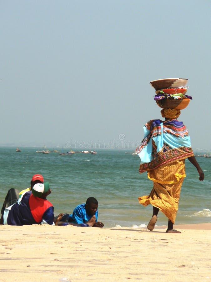 海滩的非洲女推销员 免版税库存图片