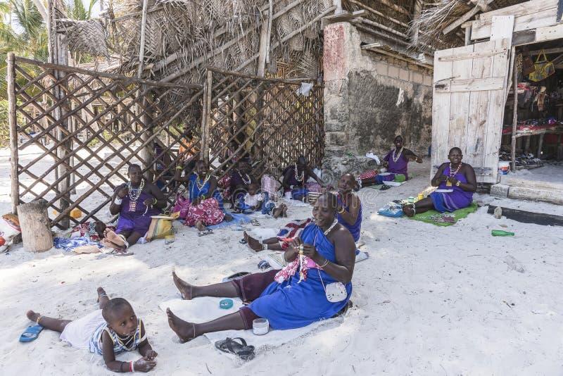 海滩的马塞人妇女在桑给巴尔 免版税库存照片