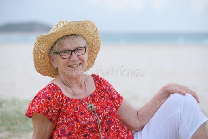 海滩的高级妇女 图库摄影