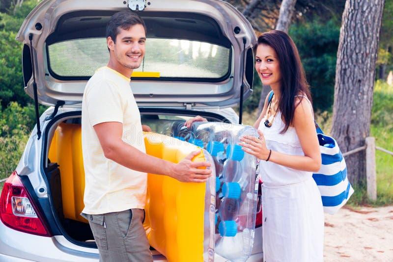 去海滩的年轻夫妇 免版税库存照片