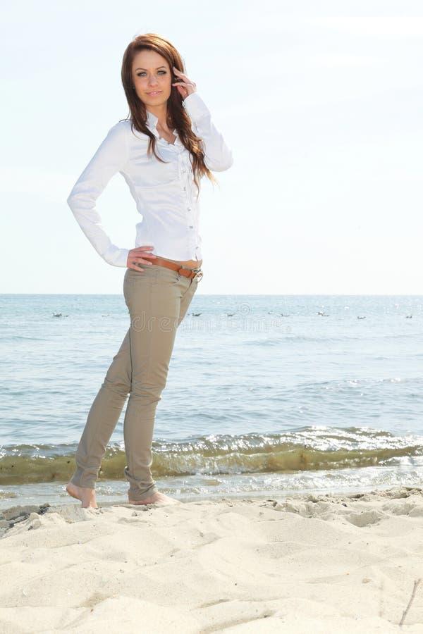 海滩的年轻愉快的妇女 库存图片