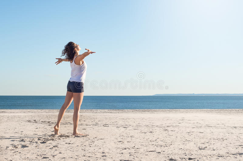 海滩的年轻自由妇女 图库摄影