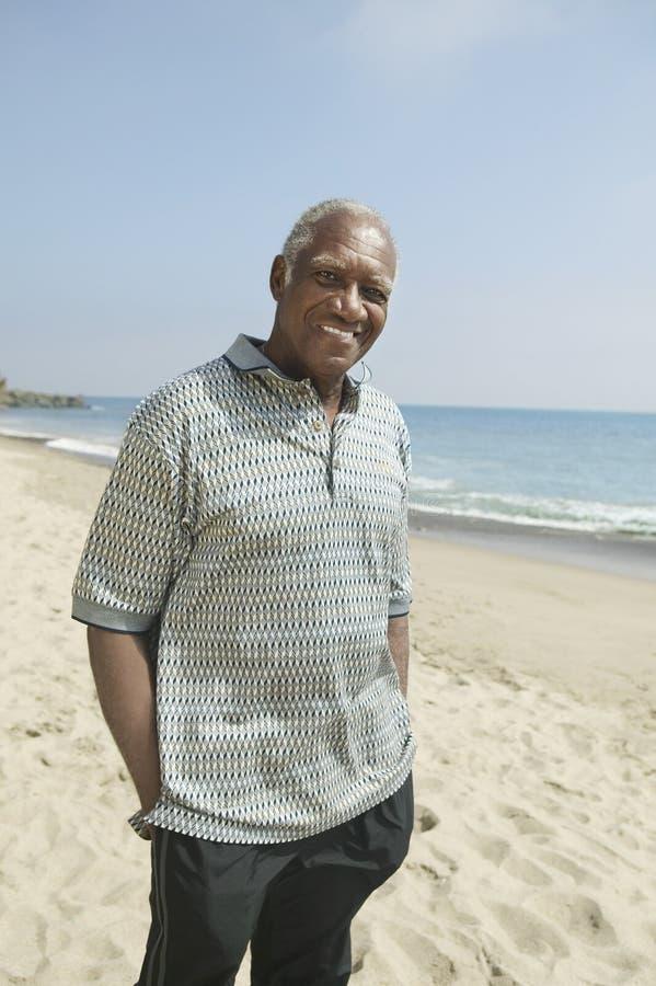海滩的(画象)老人 免版税库存图片