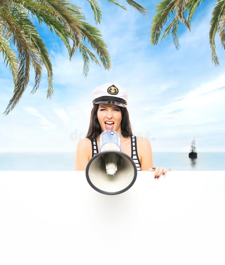 海滩的年轻,美丽和性感的水手女孩 免版税库存照片