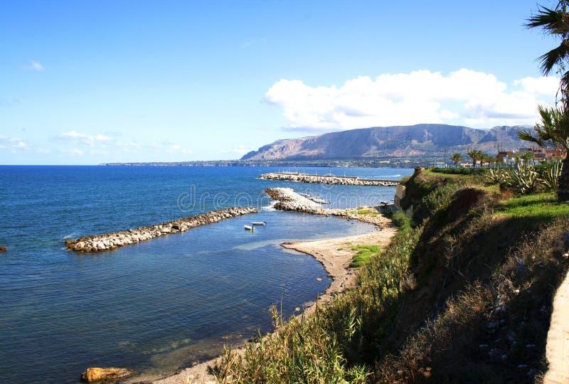 海滩看法在特拉佩托,西西里岛,意大利Spiaggia特拉佩托镇  免版税库存图片