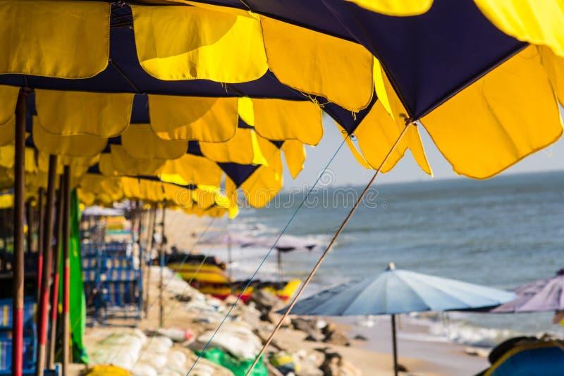 海滩睡椅五颜六色的伞 免版税库存图片