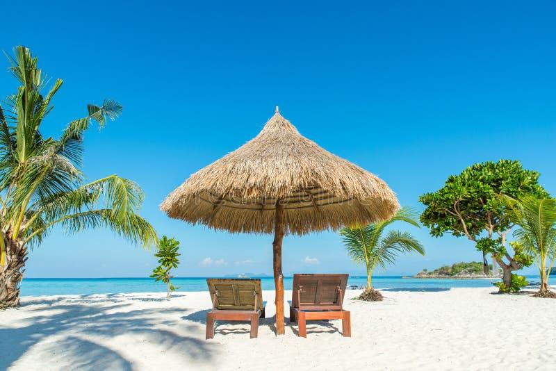 海滩睡椅和伞在海岛上在普吉岛,泰国 免版税库存照片