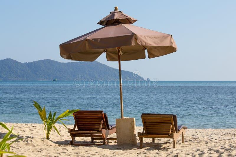 海滩睡椅和伞在海滩在晴天,泰国 免版税图库摄影