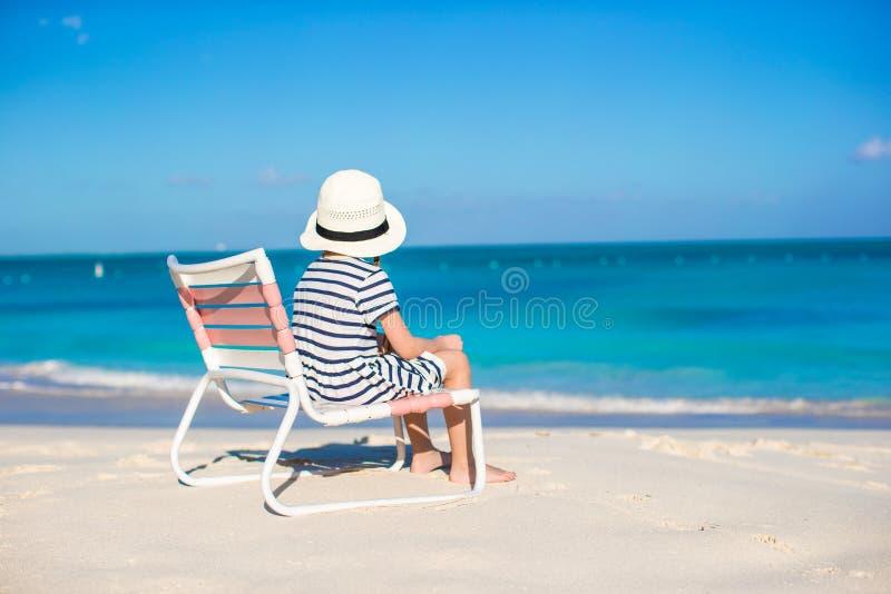 海滩睡椅的小逗人喜爱的女孩放松加勒比假期 库存照片