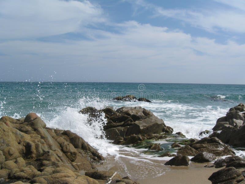 海滩破碎机和冰砾 免版税库存照片