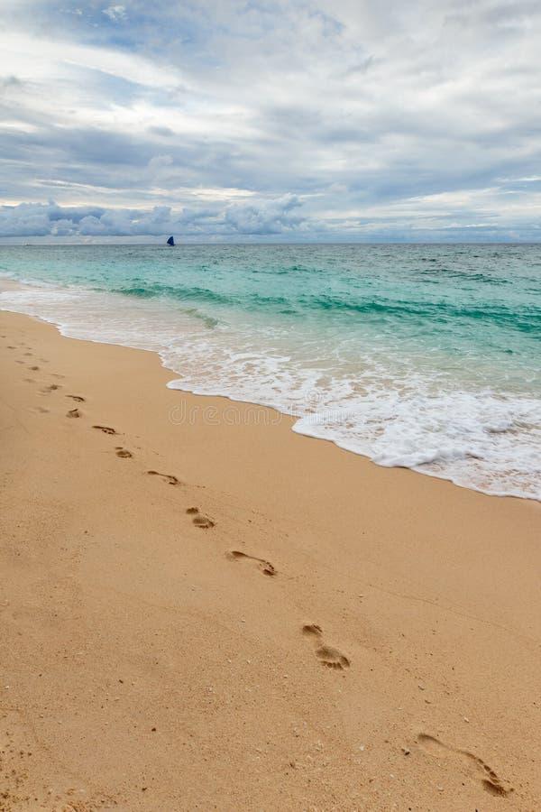 海滩美丽的作用脚印脚步起了波纹被风吹沙子含沙陈列的线索 免版税库存照片