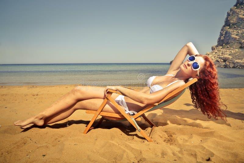 海滩美丽的女孩年轻人 库存照片