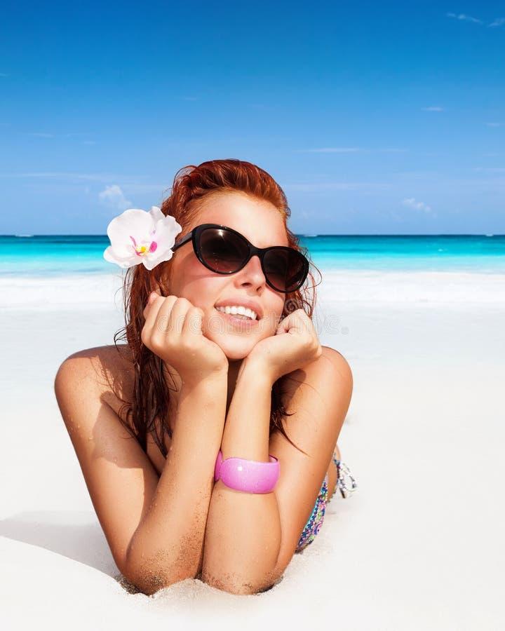 海滩美丽的妇女 免版税库存图片