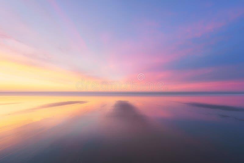 海滩美好的背景在日落的 免版税库存图片
