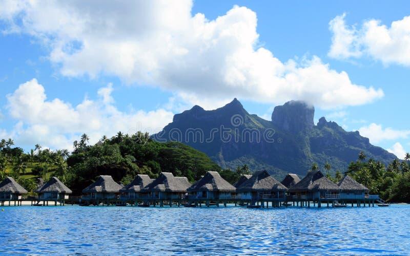 海滩豪华旅游胜地在塔希提岛 免版税库存图片